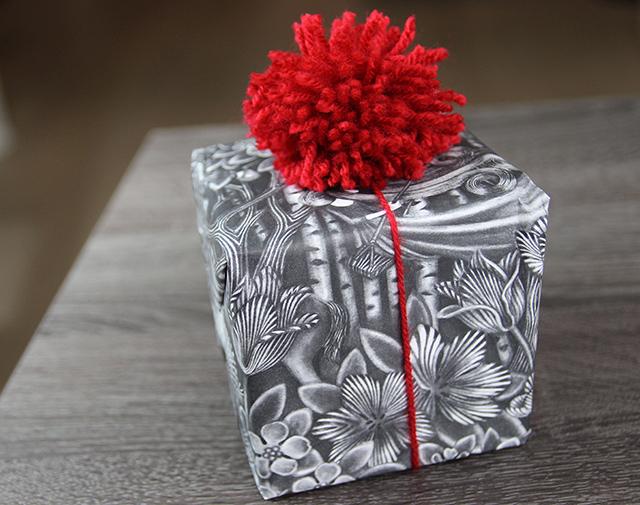 cadeautjes-inpakken-met-pompoms