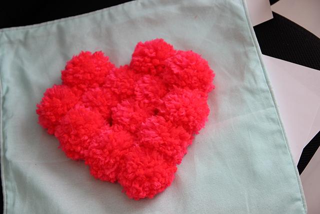 DIY hartjeskussen maken met pompons!   Lisanne Leeft
