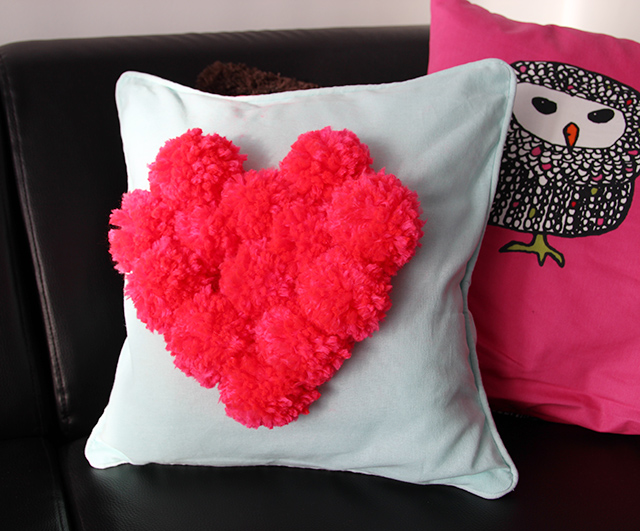 Diy hartjeskussen maken met pompons lisanne leeft - Hoe een kamer van een kind te versieren ...