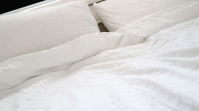 bed-met-witte-dekens